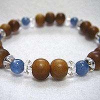 優しい香りの白檀(サンダルウッド)と湧水を想わせてくれるカイヤナイト天然石パワーストーンの数珠ブレスレット腕念珠です。心を込めて作っております。是非ごらんくださいませ。