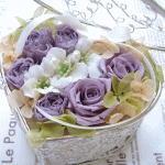 スミレ色のプリーザーブドローズを使った大人イメージのハート形リングピローです。 ハート形ボックスにアレンジ、蓋も閉められ移動時にも便利です。 キットと完成品の両方をご用意、カラー変更もご相談ください。プリザーブドフラワーは、生花の様にフレッシュで枯れないお花。 お水の必要も無く長く楽しめ、ギフトにも人気のお花です。
