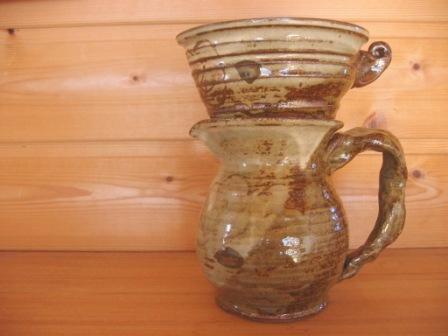 ゆっくり淹れたコーヒーで朝を始めてみませんか? 陶器でできたサーバーとドリッパーのセットです。 コーヒーカップ3杯分程の容量があります。 色も形も個性的で素敵です♪
