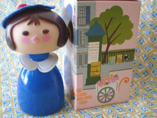 """Avon small worldシリーズのパリジェンヌの""""Gigi""""ちゃん。 ちょこんとかぶったベレー帽が可愛いです。 箱付きでとても綺麗な状態です。"""