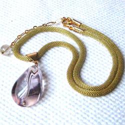 大ぶりで透明感溢れるライトアメジストを真鍮製ヴィンテージのM.ハスケル仕様メッシュロープチェーンに配したエレガントなネックレスです。