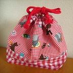 ぞう・くま・りす・いぬのイラストが可愛いきんちゃく袋です。 赤のブロックチェック柄コットンを組み合わせました。 お弁当袋にぴったりのサイズです。 マチがたっぷりあるので出し入れがしやすいです。 紐はレッドです。