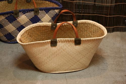 店頭では編み物の糸やキルトの布入れ、猫を入れるかご、<br>などとしてのご購入が多い商品です。<br> 今年はマルシェバッグがあちこちで出ているのでお買い物用にもかわいいかも。<br> 持ち手は小さめですが薄着の季節なら腕に掛けられます。