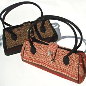シックな色合いのナーガ族の古布が素敵! フロント部分の鈴と個性的な柄の生地がアクセントになっています。 容量もたっぷり、内側にはファスナー付きポケットもついていて 使い勝手もよく、とてもしっかりしたつくりのバッグです。