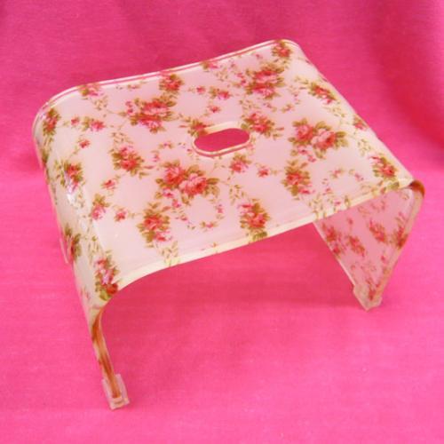 上品でかわいいバラ柄のバスチェアー。 同柄のアクリルボウルを一緒に使えば、リッチなバスタイムになりそう♪ 丈夫なアクリル製です☆  接地する足元にはしっかりと透明の滑り止めのゴムが 付いておりますので、安心です。