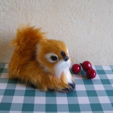 セール中です!  【50%FF】626円→313円(税込)  毛並みがかわいい伏せ姿のキャメルのりすさんの人形。 手のひらサイズの小さな人形です。 お部屋のインテリアに♪