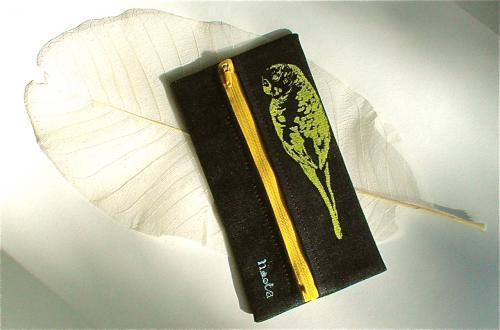 セキセイインコがプリントされたペンケース。