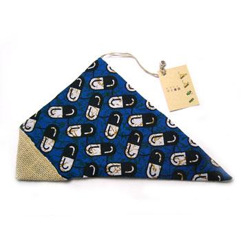 何でもぴったり包めてしまう、風呂敷に取っ手をつけた「ふろしきバッグ」、アフリカ の布(チテンジ・チテンゲ・カンガ・パーニュなどと呼ばれております)で作りました! 生産国:ガーナ