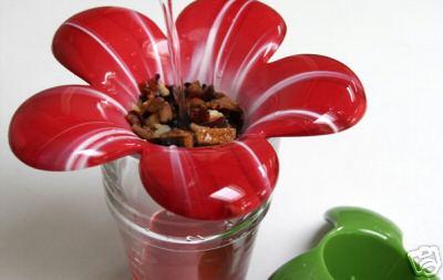 お花の中心に茶葉をのせて楽しむ、とても素敵なティーストレナーです。お花のガクがティーストレナーホルダーになっているのも面白く、お茶の時間がより楽しく花開くひとときになります。