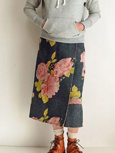インドの刺し子布、カンタ刺繍(ラリーキルト)の巻きスカートです。 細かなステッチはすべて手刺繍で、布に強さや味わい、優しさを与えています。 リバーシブルになっていますので、一枚でいろいろなコーディネイトが楽しめます。