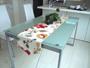 北欧テキスタイル ボラス社 の borasCamilla カミラを使用した贅沢な1枚。 表裏同柄のリバーシブルです。  大きなサイズのテーブルクロスと違い、テーブルの素材を見せながらアクセントを付けられるのがセンタークロスの良いところ。 テーブル中央に配置するので、汚れづらく、手軽に取り入れられるアクセントです。  Gafu Style の布小物たちはカーテン生地を使ってプロの縫製所で仕上げているので、仕上がりもご満足いただける商品です。