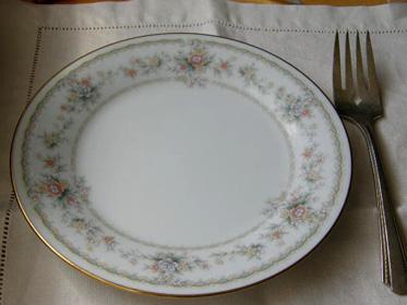 淡い色彩がとても美しいお花のパターンがとてもエレガント。 高品質でアメリカでも定評のあるノリタケ(Noritake)のお品です。 今回は、シャビーシックな感じのする古いフォークをお付けして3客セットでの販売です。 (3客と中途半端な数ですが、今回見つけたお皿が3枚オンリーでしたので) シルバープレートの施された小さめなフォークとエレガントな小皿で ちょっとしたデザートや前菜用の取り皿して使えば、とても素敵だと思います。 小皿はエクセレントコンディション。 フォークは、メタルの変色がありますが、キラキラしているよりも味があってよい感じです。 フォークの裏側には CARLTON SILVERPLATE の刻印あり。 *価格にはアメリカからの送料が含まれています。