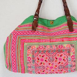 モン族ヴィンテージバッグ入荷しました。 モン族の赤ちゃんひとりずつに作るねんねこ(おんぶ布)を 贅沢にまるごとひとつ使っています。 ため息が出るような手刺繍の魅力をお楽しみください。