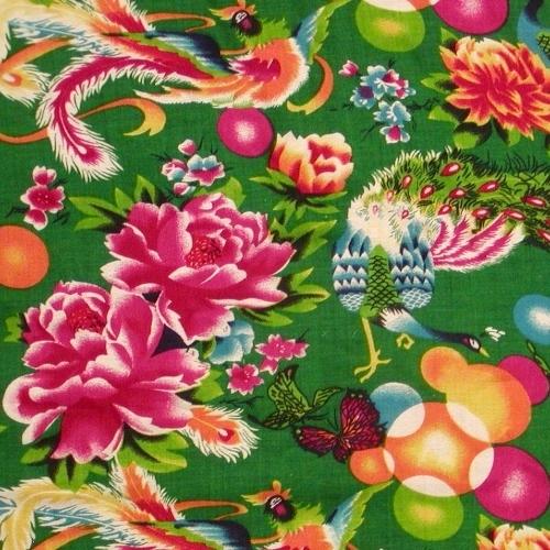 チャイナキッチュの大定番である牡丹、鳳凰、孔雀などが大胆に描かれたレトロで華かな生地です。 レーヨン&コットン素材なのでスカーフにいかがでしょうか。  ●価格:1.490円〜/m 1m以上10cm単位でご注文下さい。