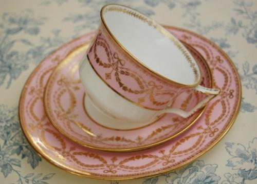 イギリスアンティーク 1891年から1900年にかけてのウェッジウッドの非常にレアなお品です。 ピンクがとても美しいお色で、僅かにパープルが入ったような色目です。ピンクとゴールドは一歩間違うと品が良くないのですがさすがウェッジウッド、とても品良く決めています! ピンク、リボン、ガーランド、すずらん、もうたまらなく乙女なトリオです!サイドプレートも昔のものにしては17�と大きめなので使い易いです。  ウェッジウッドは現在イギリスでの生産はしておりませんので英国製のウェッジウッドはアンティークでしか手に入りません。 状態…未使用品ではございませんので、経年により金彩が僅かに薄くなっている箇所がありますのでご了承下さいませ。かなりレアなお品です!