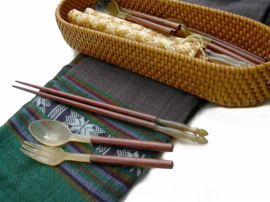 リゾート気分を演出する籐を編みこんだ蓋付きのカトラリー入れ。飲食店様にもご購入頂いています。