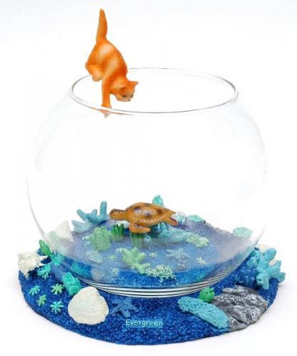 海の中を気持ち良さそうに泳ぐウミガメをネコが狙っています。 ほのぼのした光景に思わず笑えます。 そのままでも楽しいですが中にアカヒレ等の小魚を入れたら 気分は竜宮城です。 オーシャンシリーズのLサイズになります。