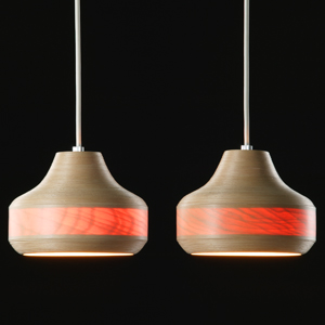 大人気のブナコランプ! ペンダントランプ、テーブルランプ、フロアスタンド、ブラケット。 ブナコはひとつひとつが職人さんによる手づくり商品です。 優しい手ざわり・ブナコ独特の曲線美・癒しのあかり! サンダーママではブナコ全アイテムを取扱いしております。  ●ブナの木肌から透過される赤い色は、周りの明るさによってはその効果を感じられないこともあります。 周りが暗くなればなるほど、赤みを増し、夕焼けの空の色のように変化していきます。  ※ひとつひとつが職人さんによる手づくりのため在庫切れの際はお届けまでに2〜4週間、お待ちいただく場合がございます。あらかじめご了承くださいませ。