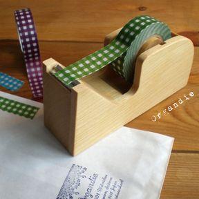 倉敷意匠計画室から、マスキングテープ対応のかわいいサイズの木製テープカッターです。ものづくりへのこだわりが光る倉敷意匠らしく丁寧な作りで、マスキングテープを使うのが楽しくなりそうです。