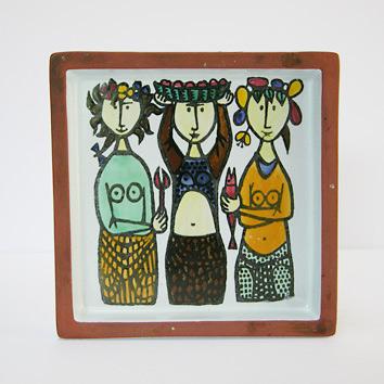 スティグ・リンドベリ(Stig Lindberg)のデザインによる灰皿。 1958年から62年にかけて制作されたカーニバル(Karneval)というシリーズです。 3人の女性が魚や果物を持った姿がペイントされています。