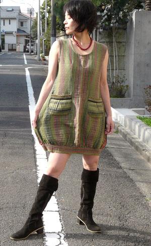 ●モン族バルーンワンピース  モン族古布リメイクワンピース。  シンプルなモン族柄だから合わせやすく、 バルーン状の裾がゆったり感たっぷりなデザインなので、ウエストやヒップをカバーしてくれます。  妊婦さんにもオススメ♪ 一枚で着ても、インナーにタートルを合わせても可愛い!シンプルなエスニックを楽しんで★ 只今送料無料です♪