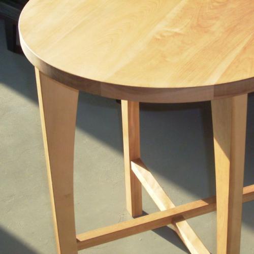 桜の木で作った木目が美しいテーブルです。  しっとりとした光沢があり 小さくても落ち着いた印象です。  お気に入りのスペースにおいて 自分だけのコーヒーテーブルに。  お部屋のコーナーでも 丸いトップのテーブルはしっかりとした存在感があります。  リビングで北欧風のナチュラルなインテリアにもコーディネートできそう。   桜/ワックスオイルフィニッシュ