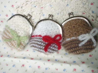 リボンがポイントの、かぎ針編みのがまぐち。コインはもちろん、アクセサリー、おうちの鍵、チョコ、飴など。何を入れてもかわいい手のひらサイズです。色違いもありますよ。