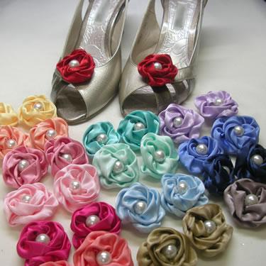 カラーバリエーションを15色!! サテン生地のリボンを手縫いで丁寧に巻いた、かわいらしいシューズクリップです。 真ん中に存在感のある大きめパールを使い、フォーマルにもカジュアルにも使える、おすすめの一品です。 今お持ちの靴に似合う色が、必ず見つかるはずです!