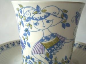 鳥やお花など細部まで素敵な絵柄のカップ&ソーサーです。  生産国:ノルウェー メーカー:フィッギオ(Figgjo) シリーズ:LOTTE デザイナー:Turi Gramstad Oliver(チューリ・グラムスタッド・オリヴァー) 年代:1960〜70年代 サイズ:カップ 口径7.4�、H7�      ソーサー 直径 13.5cm、H1.8� コンディション:★★★★☆  カップの口と底のフチにわずかなチップ、多少の小キズがありますが、 それ以外は大変キレイです。 ヒビ、ヨゴレなどはなく、比較的良好なヴィンテージコンディションです。 底のチップはソーサーに置いている状態ではまったく見えませんのでご安心いただければと思います。 中もキレイです。 ソーサーの裏に製造時の丸い小さな凸凹した跡、カップと接するところに多少の小キズがありますが、 気になるほどではないと思います。  写真より実物はもう少し青い線の色が濃いかなと思います。 画像で白く写っているのは光の反射です。  詳細写真を多数掲載していますので、 当店のHPでご確認ください★
