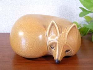 元気いっぱいのオレンジに白いロータスの可愛らしいボウルです。 赤とオレンジの間くらいの濃い目のオレンジ色です。  卵を混ぜたり、スープやサラダをよそったり色んなシーンで活躍出来そうです。  他にもキャサリンホルムのボウルを販売中です。こちらからご覧ください。   生産国:ノルウェー メーカー:キャサリンホルム(cathrineholm) シリーズ:ロータス デザイナー:Grete Prytz Kittelsen(グレタ・プリッツ・キッテルセン) 年代:1960年−1970年 サイズ:口径14cm、H5.9cm  コンディション:★★★★☆   ボウルの外観は多少のヨゴレ、茶色いところ、スレキズが所々にあります。(下の1〜3枚目の写真参照) 中は多少のヨゴレ、浅いスレキズがわずかにありますが、ほとんど使用感は感じずキレイな状態です。(下の5枚目の写真参照) フチにエナメルのカケがいくつかありますが、目立つような大きさではないと思います。(下の4枚目の写真参照) 裏に多少の細かなスレキズがあります。(下の最後の写真参照) 裏の「CATHRINEHOLM OF NORWAY」のロゴもしっかり残っていることからも使用回数が少ないか、ほとんど使用はしていないものと思われます。
