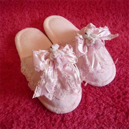 かわいいクマちゃんのピンクのルームスリッパです♪クマちゃん・レース・リボンでとってもラブリー♪♪スリッパ本体は、タオル地で肌にやさしい履き心地です。姫系部屋にぴったり★★