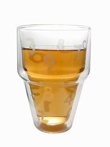 デンマーク コペンハーゲンで生まれた家庭用品メーカー ボダム社と1819年から長い歴史のある愛知県のガラスメーカー、石塚硝子株式会社との共同開発で生まれたこのグラス。  北欧デンマークのおしゃれな見た目と日本の機能性とがうまくコラボした新しいブランド商品です!  軽くて、おしゃれで見た目にもおもしろいので飲み物を眺めながらゆっくりとしたリラックスタイムを味わえます。   【商品の特徴】  ・耐熱式であること(耐熱温度差約120度) ・通常のガラスコップに比べて長く保温、保冷ができます。 ・冷たい飲み物を入れた場合にも水滴が周りにほとんどつきません。(内側にもつきにくい構造です)テーブルを濡らさずにすみます。 ・熱い飲み物を入れても、持ったときにグラスが熱くありません。(電子レンジに入れて温めると熱くなりますのでご注意ください。) ・ひとつひとつが職人さんによる手作りです。