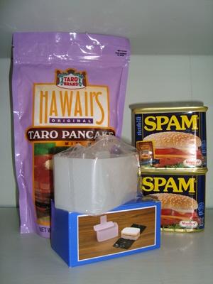●スパム(ランチョンミート)340gX 2缶   ●むすび メーカー 1ヶ サイズ 5cmx5cmx10cm (色のご指定は出来ません) スパムのご飯部分の形成用です。 同じ大きさに簡単に造れるのがGOOD!  ●タロ パンケーキ mix 567g 1袋