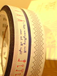 透明の袋や瓶に貼ったり、コラージュのアクセントに使ったり 大活躍してくれるオシャレなテープです。 25mあるのでたっぷり使えますョ。  size:幅 1.5cm,長さ25m