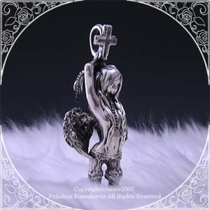 神に背き囚われの身となった天使。抗うことも舞うことも、何もかも諦めた姿が儚くも美しい、天使ブリュンヒルトのシルバーペンダントです。