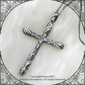 地獄の業火に灼かれる十字架をモチーフにした、 シルバークロスペンダントです。 ペンダントトップのみ、 40cm・45cm・50cmのいずれかのチェーン付き、 または40cm+アジャスター3cmの革紐付きからお選びいただけます。