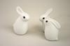 ARABIA社の白い陶器でできたかわいらしいウサギの親子。真っ白な体につぶらな瞳。Helja Liukko- Sundstromのデザインです。