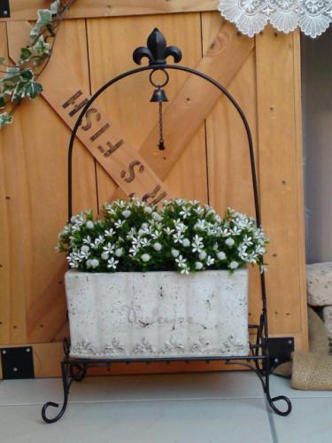 スタンド付のスクエアテラコッタ。 テラコッタは通気性もよく、根が呼吸しやすいです。 また、土を素材としている素朴な感じに どんなお花を飾ってもとっても綺麗です。 鉢には穴が開いています。 表面にあるヒビはデザインによるものです