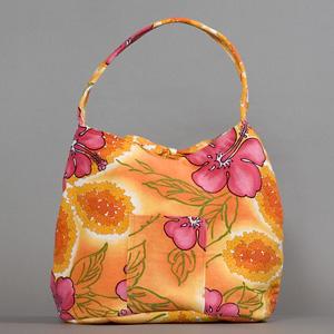 【Denise Tjarks Tahiti Vintage Break Reversible Bag 8937Z】  カウアイで独自の生地から丁寧に仕立て上げられるバッグ, denise tjarks(デニス ジャークス). それは, ホノルルでアンツ・マリーから授かったビンテージハワイアンファブリックをハンドバッグに仕立てたことから始まりました. やがて,ハンドバッグづくりにファミリーで取り組んでいきます. そして2001年, カハラモールでの販売を皮切りに, すぐにハワイ全島で話題になり, Honolulu Advertiserをはじめ, 多くのメディアに取り上げられながらもカウアイでのハンドクラフトを貫いています.   こちらのバックは普段のお荷物が多いお客様に大人気のタヒチスタイル. 1960年代ビンテージ布地を使用した限定バッグになります. 肩にあたる持ち手の部分も柔らかくお客様から好評です.