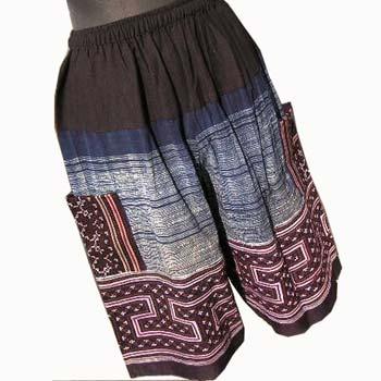 タイ・ベトナム・ラオスの山岳少数民族 モン族による手刺繍・藍染布のハーフパンツです。  芸術的な色彩や手刺繍の細やかさは世界的にも有名で人気があります。  程よいゆったり感があって大き過ぎないデザインで着心地が楽チンです。 ブーツとあわせれば好バランスです。 男女兼用