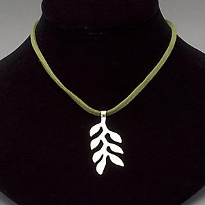 【ベティ ベルツ】ヘイリー ネックレス  芭蕉科の植物,ヘリコニアをかたどったネックレス. お揃いのイヤリングと付けるとかなりの存在感です. シンプルなスタイルに格好良く合わせてほしいアクセサリーです.  ベティベルツはDonna von Hoesslinがカリフォルニア・ベンチュラのビーチコミュニティから送り出すアクセサリーブランド. 海、地球と人類をモチーフにシェル・パール・シルバー・レザーなどの素材を大胆に組み合わせたアクセサリーは, 全米のサーファーから熱い支持を得ています.