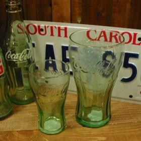 定番人気のコカグラスです!! このきれいなフォルム、透けたロゴマーク、やっぱりかっこいいですよね〜!このグラスで飲むとまた格別です(^^)コカ・コーラ好きの方は必須アイテムですね!たっぷりサイズなのでゴクゴク飲みたい方にもオススメ♪ アメリカンでかっこいいグラス、男女問わず人気のアイテムです!
