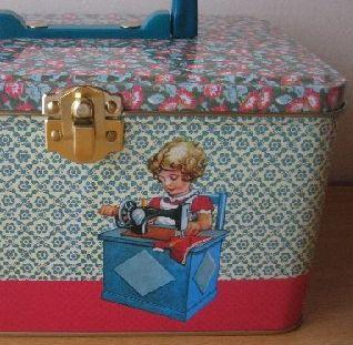 ベルギーから届きました。froy&dindのtin caseです。   少女がミシンでsewing中です。お裁縫道具を入れますか?宝箱にしますか?