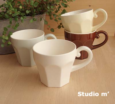 8角形のめずらしいマグカップ。飲み口は丸くなっているので、飲みやすいですよ!淡く優しい色合いのホワイト・クリーム・グリーンと、落ち着いた印象のアメの4色あります。とっての部分がくるんとなっていて、とても可愛いデザインです☆彡 とってのないタイプ(エピスカップ)もあります。ガティプレートとセットで使うと、おうちカフェが楽しめそうです♪ご自宅用としてはもちろんのこと、お客さまのおもてなし用にも^^