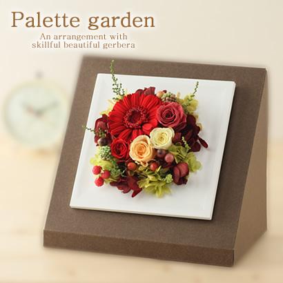 ガラスのドームにかわいいくまちゃんを入れプリザーブドフラワーをあしらった可愛いアレンジです。 ほこりがかからないのでお手入れ簡単♪ 贈り物にピッタリです! こちらはピンクのバラが中心ですが、オレンジのバラをメインで使った色違いもあります。