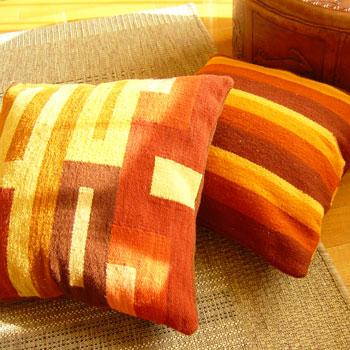 毛織物クッションカバー(裏側オレンジ) 羊の毛で作られた上品な色あわせのクッションカバー。インパクトある個性的な部屋づくりに役立ちます。40cm角の使いやすい大きさ、厚みのある生地なのでしっかりした形になります。