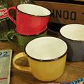 アンティークのホーローのような質感にこだわった人気のマグ♪アンティーク感を出すために、あえて所々サビているような加工が施されいて、味わい深いあたたかみのあるマグに仕上がっています。 さらに、陶器製なので電子レンジや食洗機でも使えるのは嬉しいポイント♪コーヒーやミルクはもちろん、スープカップにもどうぞ♪ 男女問わずお使い頂けるデザインなので、プレゼントにもオススメです!
