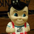 おなじみチェック柄のパンツに青い瞳のアメリカンボーイ!BIG BOYのバンクです! こちらは1950〜1960年代モデルの復刻版です。いつもより少し色白で、いつもよりほんの少〜しぽっちゃり気味?そしてハンバーガーも持ってません(^-^) 復刻版だけあってレトロな雰囲気がとてもいい感じです♪ アメリカン度たっぷりの人気キャラクター!おすすめです!