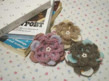 かぎ針編みの毛糸の花びらと、コットン布を組み合わせた、カラフルで可愛いコサージュ。シンプルなおしゃれの時に着けてみてはいかが?全部で6色あるので、お気に入りが見つかると思います。