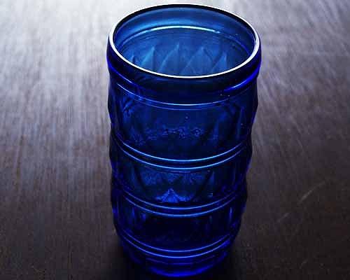 チェコのアンティーク店で見つけた、 60年代のヴィンテージのブルーグラスです。 チェコで買い付けましたが、生産国はブラジルのようです。  三角形が立体的に浮き出ていて、独特な雰囲気をしています。  ブルーの色が、何とも言えない美しさです。  全体的にコンディションは良好です。